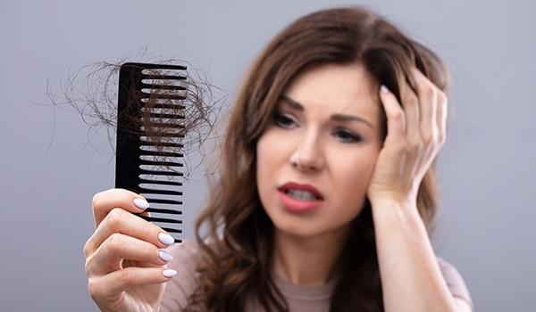 बालों का झड़ना रोकने के लिए 3 घरेलू नुस्खे