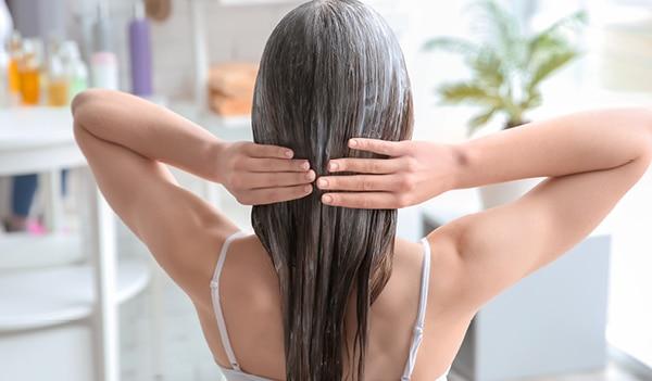मॉनसून में बालों को मज़बूत और सेहतमंद बनाने के लिए लगाएं ये घरेलू हेयर मास्क