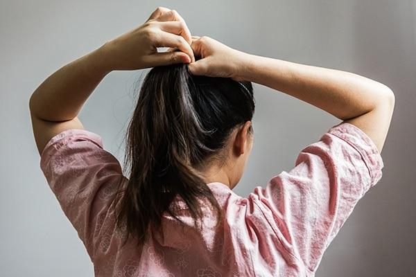 बालों को बहुत कस कर बांधना