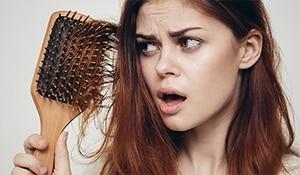 कहीं स्टाइलिंग से जुड़ी  ये 5 ग़लतियां आपके बालों के झड़ने का कारण तो नहीं?