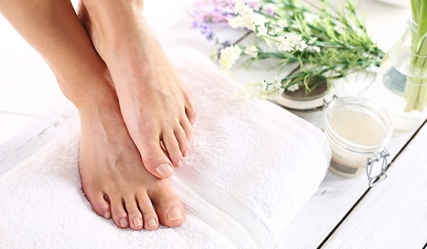 5 effective ways to deal with sweaty, stinky feet in summer