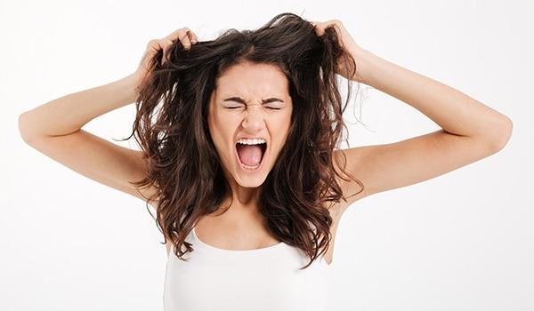 चिपचिपे बालों से निजात पाने के पांच आसान नुस्ख़े