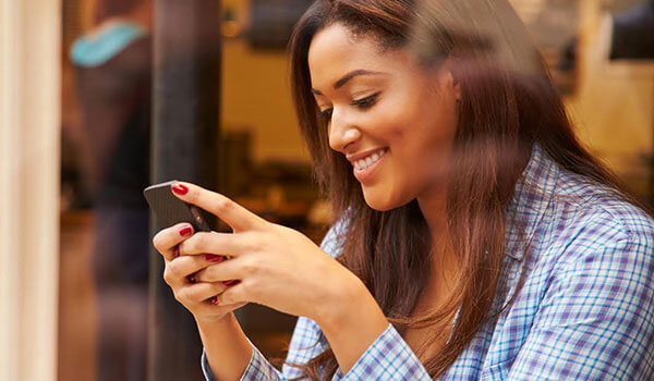 5 ways in which your mobile phone is damaging your skin