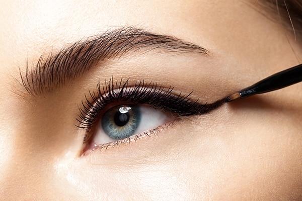 चौथा स्टेप: आंखों को करें परिभाषित