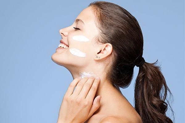 त्वचा स्किन केयर प्रोडक्ट्स लगाने के लिए तैयार हो जाती है