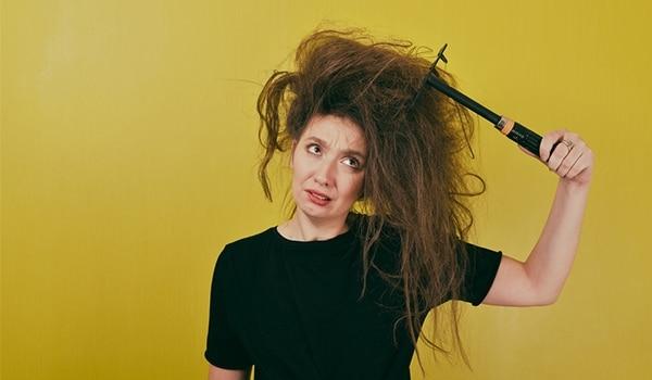 फ्रिज़ी बालों से निजात पाने के घरेलू नुस्ख़े