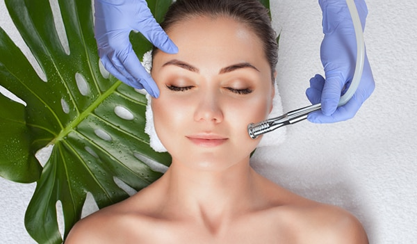 What are facial warts and how to remove them according to an expert