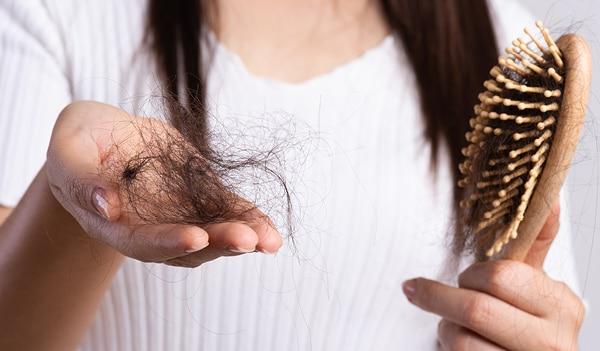 एक्सपर्ट से जानें कि बालों को झड़ने और टूटने से कैसे बचाएं