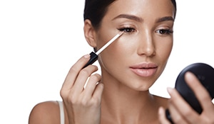 Here is a 7 step guide to stop your concealer from creasing and caking