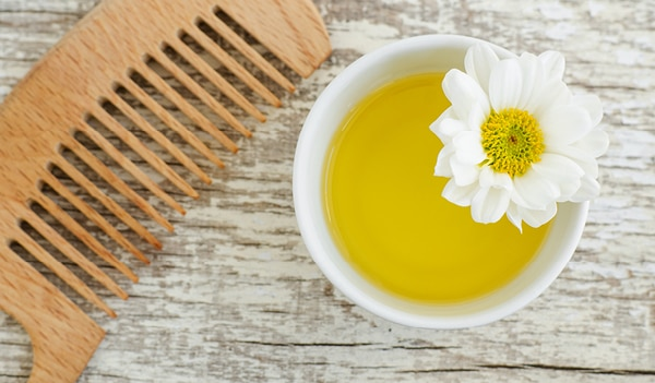 7 Natural And Effective Ways To Use Olive Oil For Treating Dandruff