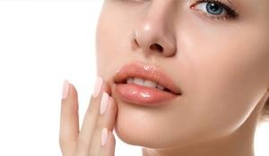 फटे होंठों को इन आसान और असरदार तरीक़ों से करें ठीक