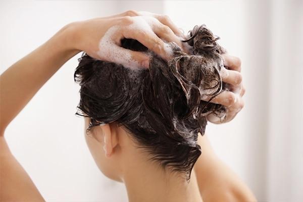 नियमित अंतराल पर बाल धोएं