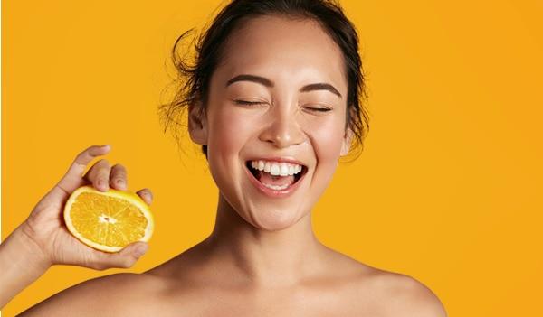 विटामिन सी के फायदे आपको बताएंगे कि ये है आपके वैनिटी की सबसे बड़ी ज़रूरत