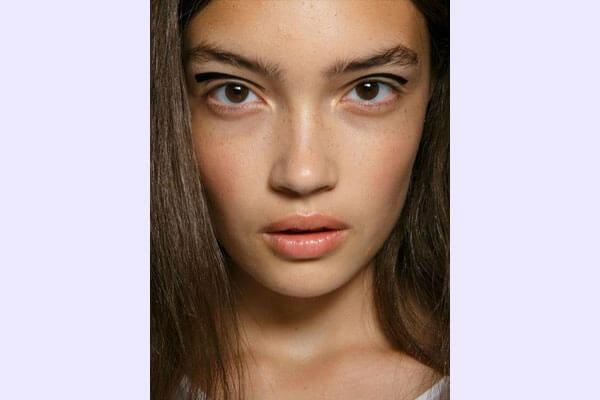 applying floating crease eyeliner
