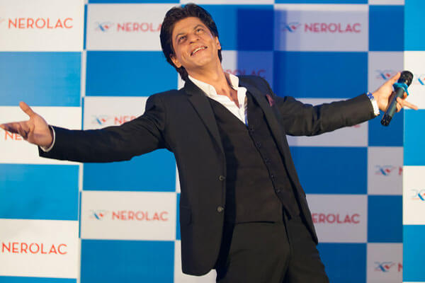 bollywood star shah rukh khan open arms signature poses