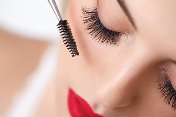 Thickens eyelashes