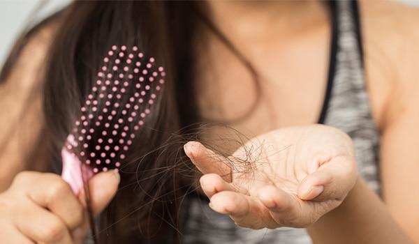 यहां है बालों को झड़ने से रोकने के लिए ज़रूरी साज़ो-सामान की सूची