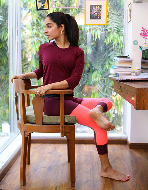 EASY DESK WORKOUTS – HOW TO GET FIT WHILE SITTING AT YOUR DESK