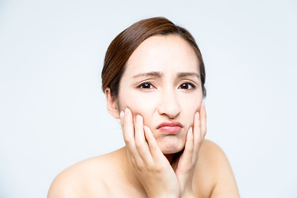 Traps dirt and debris in your pores