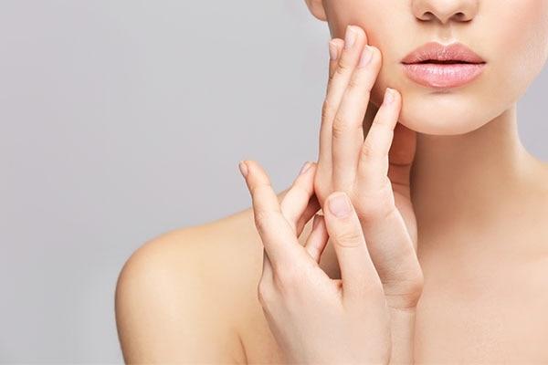 अपनी संवेदनशील त्वचा के लिए मुझे किस तरह के प्रोडक्ट्स इस्तेमाल करना चाहिए?