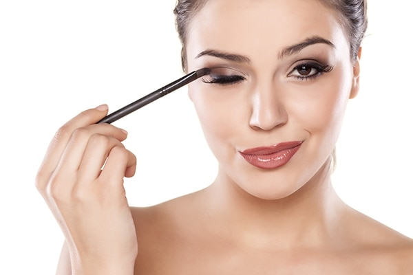 Step-by-step guide on how to apply eye shadow for beginners