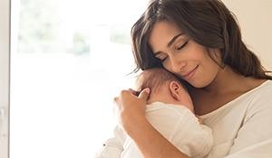 जानिए, क्यों स्टिक फ़ाउंडेशन मेकअप की शौक़ीन नई मांओं के लिए बेहतरीन हैं?