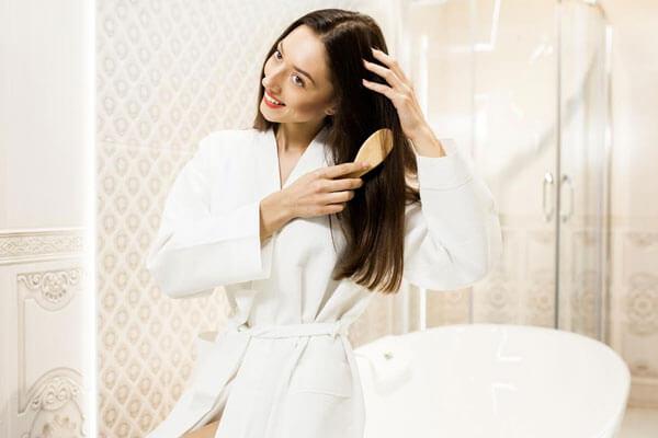 अपने बालों को अच्छी तरह से कंघी (ब्रश) करें