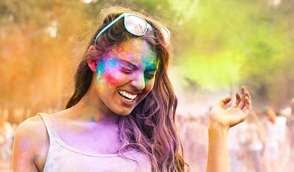 होली के रंगों से आपकी त्वचा को होने वाले नुक़सान से  बचा ले जाएंगे ये आसान से टिप्स