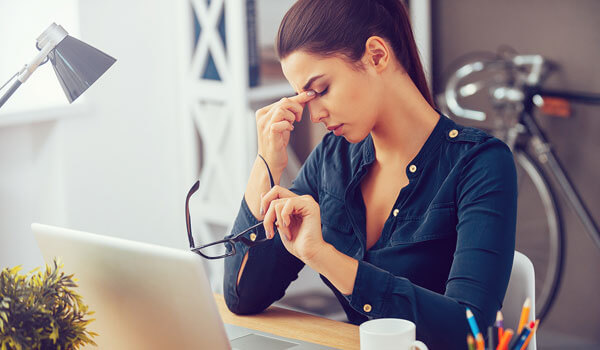 HOW SPENDING TIME IN FRONT OF A COMPUTER AND PHONE DAMAGES YOUR SKIN