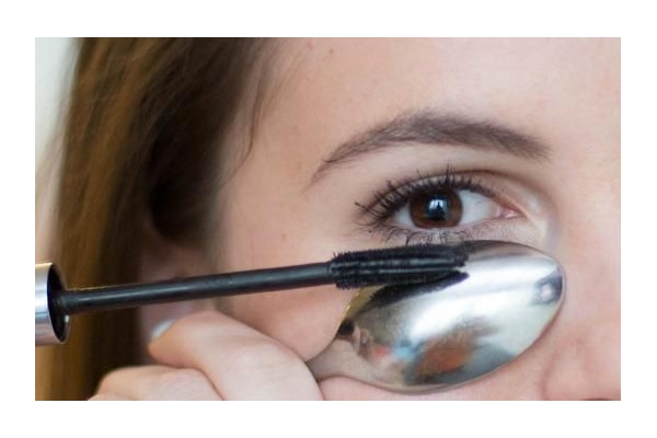 #Tip6 Avoid mascara marks on your face by holding a spoon