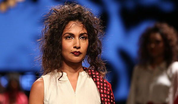 ALL ABOUT LAKMÉ FASHION WEEK'S FAVOURITE MAKEUP TREND OF HOLOGRAM GLAZING