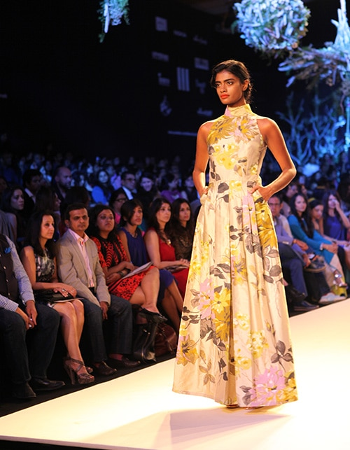 Where the stars descend – Manish Malhotra opens for the Lakmé Fashion Week