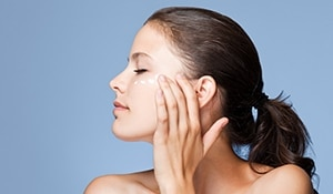 दूध से बने तीन प्रोडक्ट्स जो सर्दियों में आपको चमकदार त्वचा देंगे
