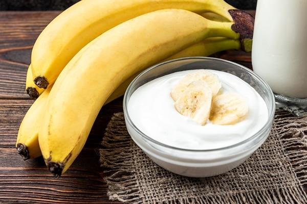 Banana, yogurt and honey hair mask for dry hair