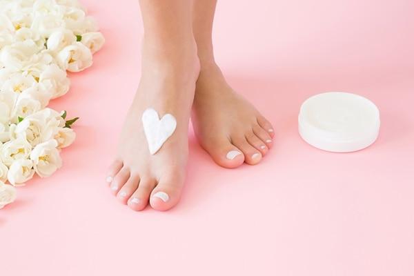 मॉइस्चराइज़ कर के पैरों को नर्म-मुलायम बनाएं
