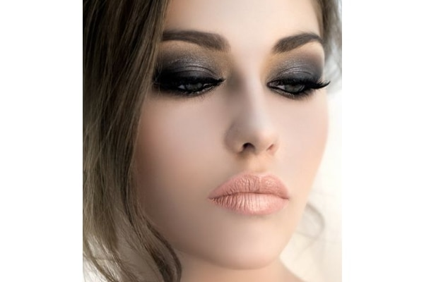 Eye shadow base in a dark colour