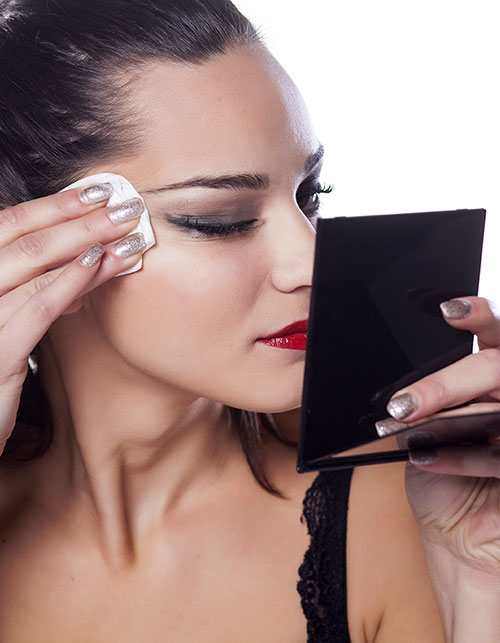 THE RIGHT WAY TO TAKE OFF YOUR MAKEUP