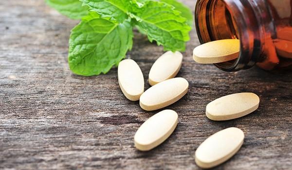 दमकती त्वचा पाने के लिए, अपनी स्किनकेयर रूटीन में शामिल करें ये विटामिन्स