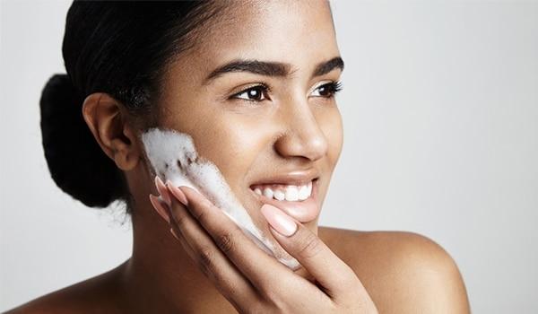 क्या आप चेहरे पर साबुन लगाना बंद करेंगी? हम बता रहे हैं आपको ऐसा क्यों करना चाहिए